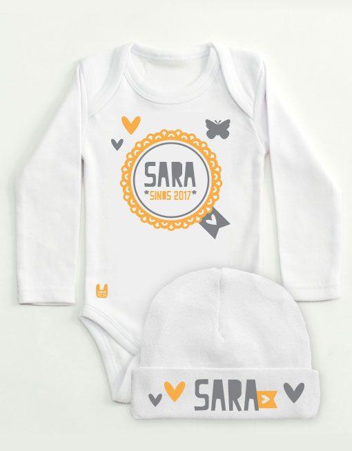 set-rompertje-babymutsje-badge-geel-grijs